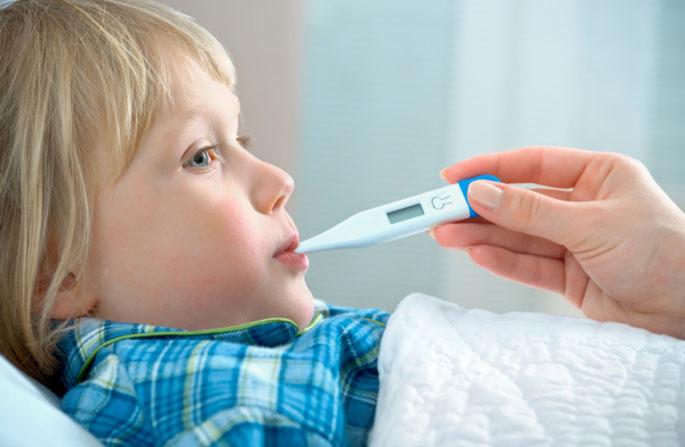 Bambino con termometro